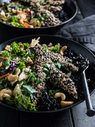 If you love the idea of sitting down to a delicious and healthy dinner in 25-minutes, you NEED this Crispy Sesame Chicken Asian Salad Bowl in your life. | theendlessmeal.com