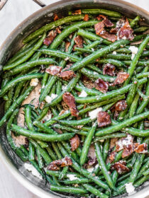 Green beans and bacon in a frying pan.